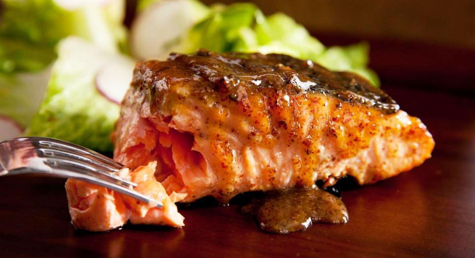 Akçaağaç Sosu ile Glaze Edilmiş Izgara Somon Balığı Tarifi