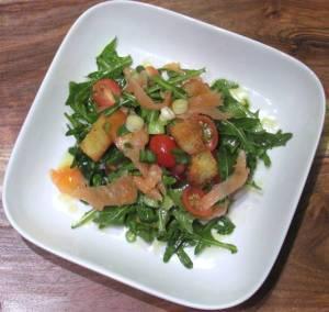 Evinizdeki basit malzemeler ile pratik bir somon füme diyet salatası hazırlayabilirsiniz.