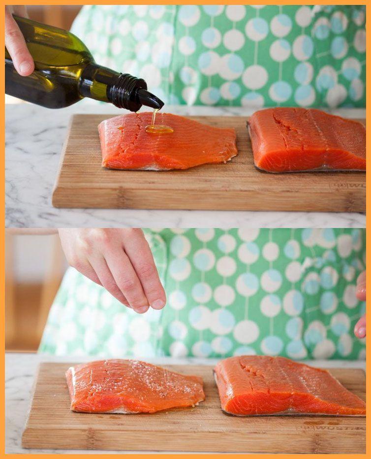 Pratik bir somon tarifi için Somon filetoların üzerine zeytinyağı, tuz ve karabiber serpin