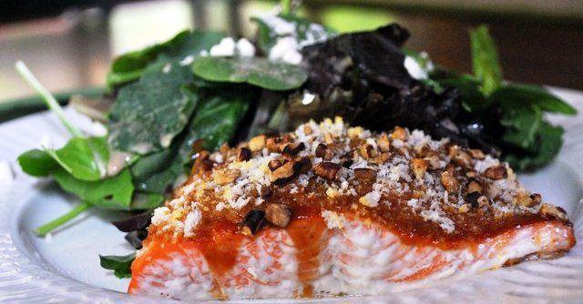 Ballı cevizli fırında somon balığı tarifi