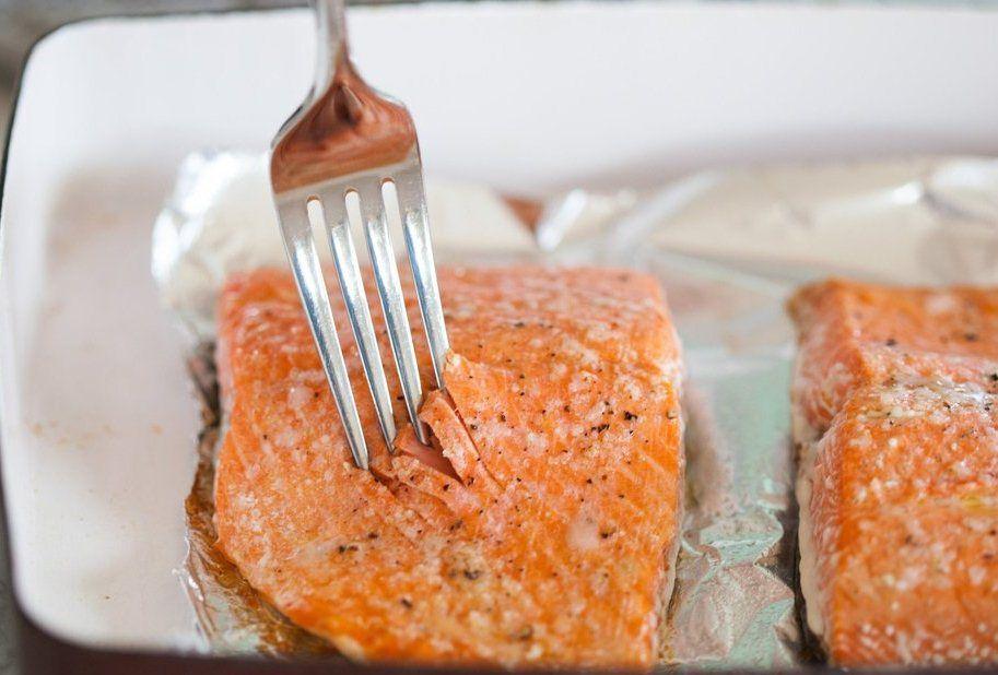 Somon balığının pişip pişmediğini anlamak için çatal kullanabilirsiniz.